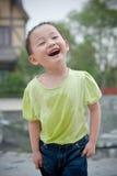 asiatiskt skratta för pojke Arkivfoto