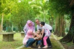Asiatiskt spela för familj som är utomhus- Royaltyfri Foto