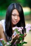 asiatiskt ståendekvinnabarn Arkivbilder