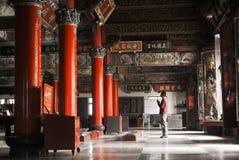 asiatiskt tempel för bön för byggnadsinterior en Arkivbilder