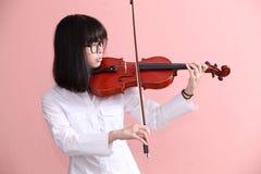 Asiatiskt tonårigt med fiolexponeringsglasleende Arkivfoto