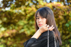 Asiatiskt tonåringflickaanseende Royaltyfri Foto
