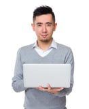 Asiatiskt ungt affärsmanbruk av anteckningsbokdatoren Royaltyfri Fotografi