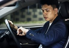 Asiatiskt ungt affärsmansammanträde i bilen royaltyfri fotografi