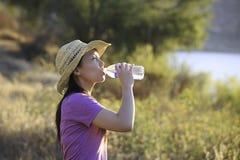 Asiatiskt utomhus- kvinnadricksvatten Arkivfoton