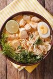 AsiatLaksa soppa med höna, ägget, nudlar, groddar och coriand fotografering för bildbyråer
