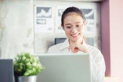 Asiats-Geschäftsfrau der neuen Generation, die Laptop im Büro, Asien verwendet stockfoto