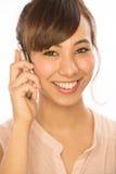 Asiats-Latina-Mädchenfrau, die auf Mobiltelefon spricht Stockfotos