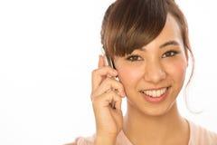 Asiats-Latina-Mädchenfrau, die auf Mobiltelefon spricht Lizenzfreie Stockbilder