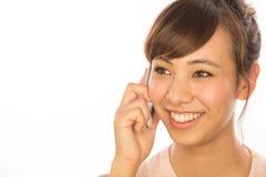 Asiats-Latina-Mädchenfrau, die auf Mobiltelefon spricht Stockbilder