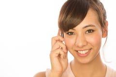 Asiats-Latina-Mädchenfrau, die auf Mobiltelefon spricht Lizenzfreies Stockfoto