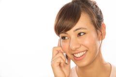 Asiats-Latina-Mädchenfrau, die auf Mobiltelefon spricht Lizenzfreie Stockfotos