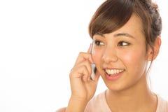 Asiats-Latina-Mädchenfrau, die auf Mobiltelefon spricht Stockfoto