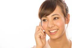 Asiats-Latina-Mädchenfrau, die auf Mobiltelefon spricht Stockfotografie