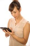 Asiats-Latina-Mädchenfrau, die Tabletten-PC verwendet Stockbilder