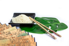 Asiatuppsättning av ris, pinnar, grönt blad och transp Royaltyfri Bild