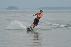 Asiduo que monta del Wakeboarder en la bahía de Casco en Maine Imagen de archivo