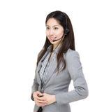 Asien affärskvinnakundtjänst som ser en sida royaltyfria bilder