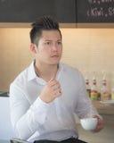 Asien affärsmanDrink kaffe Fotografering för Bildbyråer