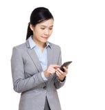 Asien affärskvinna som använder mobilen Royaltyfria Bilder