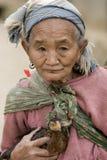 Asien, alte Frau mit Huhn Stockbild