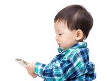 Asien-Baby, das Mobile verwendet stockfotografie