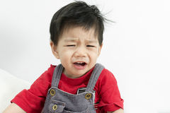 Asien-Baby-Schrei auf weißem Hintergrund stockfotos