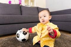 Asien behandla som ett barn bollen för pojkelekfotboll Arkivbilder