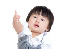 Asien behandla som ett barn flickafingerpunkt in mot royaltyfri bild