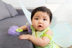 Asien behandla som ett barn flickan med den halloween partidräkten Arkivbilder