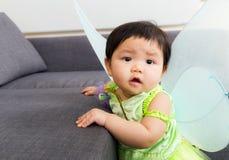 Asien behandla som ett barn flickan med den halloween partidressingen Royaltyfri Bild
