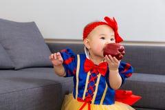 Asien behandla som ett barn flickan med den halloween partidressingen Arkivfoton