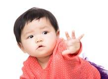 Asien behandla som ett barn flickan som pekar framdelen royaltyfria bilder