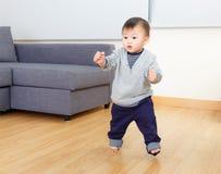 Asien behandla som ett barn pojkeförsök att gå royaltyfria bilder