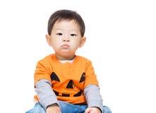 Asien behandla som ett barn pojken med den halloween dressingen Royaltyfria Foton