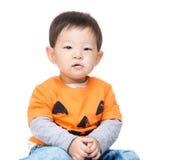 Asien behandla som ett barn pojken med den halloween dressingen Royaltyfri Foto