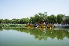Asien China, Peking, Beihai Park, Sommergartenlandschaft, der Lotosteich, das Boot Stockbilder