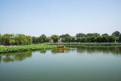Asien China, Peking, Beihai Park, Sommergartenlandschaft, der Lotosteich, das Boot Stockbild
