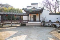 Asien China, Peking, Zizhuyuan-Park-, Landschaftsarchitektur, die Weißwände und graue Fliesen, Pavillon, Galerie stockfotos
