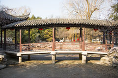 Asien China, Peking, Zizhuyuan-Park-, Landschaftsarchitektur, die Weißwände und graue Fliesen, Pavillon, Galerie lizenzfreie stockbilder