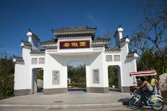 Asien China, Wuqing, Tianjin, grüne Ausstellung, Landschaftsarchitektur, verzierte Torbogen, weiße Wände und graue Fliesen lizenzfreie stockfotografie