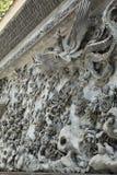 Asien-chinesische traditionelle Steinskulptur mit klassischem Muster Chinas, orientalische alte wunderliche geschnitzte Steinwand Stockfotos