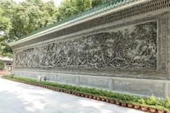 Asien-chinesische traditionelle Steinskulptur mit klassischem Muster Chinas, orientalische alte wunderliche geschnitzte Steinwand Stockbild