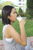 Asien drack den gravida mamman mjölkar i trädgården Royaltyfri Fotografi