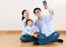 Asien familjselfie royaltyfri fotografi
