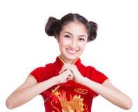 Asien flicka med att respektera för cheongsam Royaltyfria Bilder