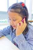 Asien flicka som använder telefonen Royaltyfria Foton