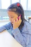 Asien flicka som använder telefonen Arkivbilder