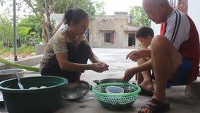 Asien folk som bearbetar sniglar för mat arkivfilmer