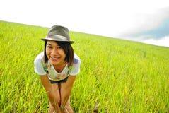 Asien-Frau in der Wiese Lizenzfreie Stockbilder